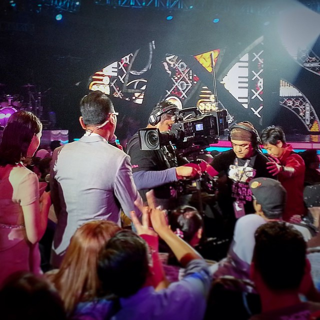 The stadium was packed, the walkway too narrow and we were live on air but after our training, my Steadicam students at TV3 were confident and ready. Photo credit @shinyys #ajl29 #steadicam #cinematography #filmmaking #filmlife #tv3malaysia @tegasmy